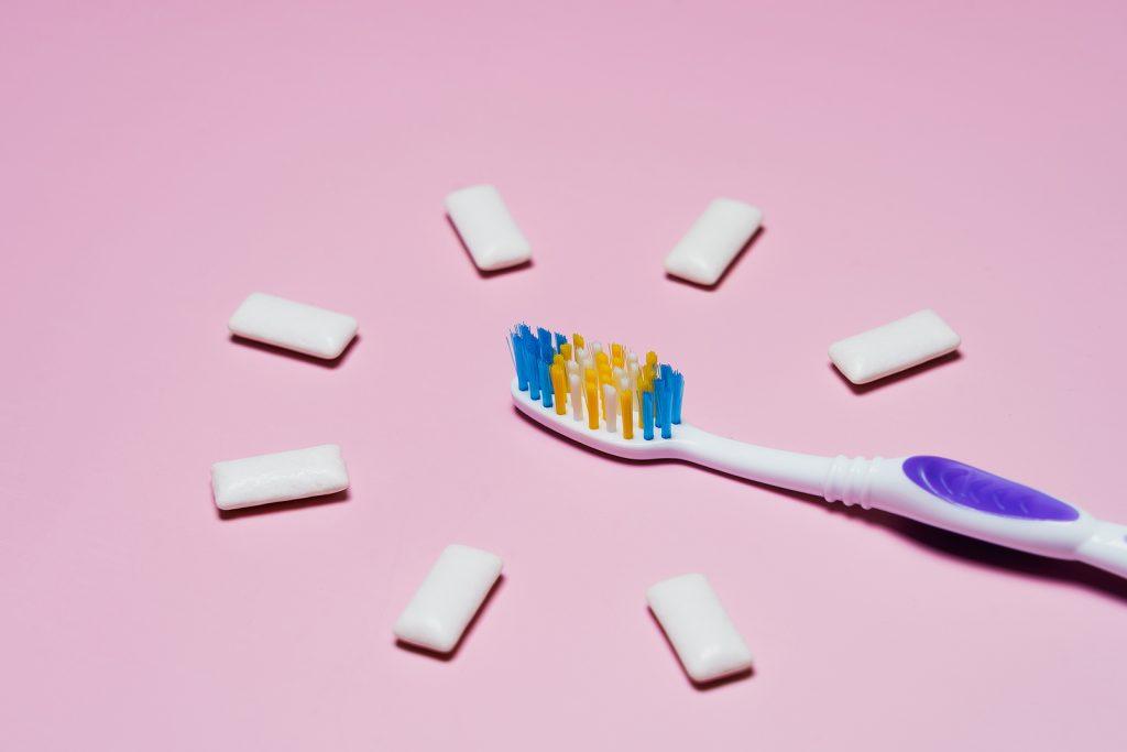escova de dentes e pastilha elástica