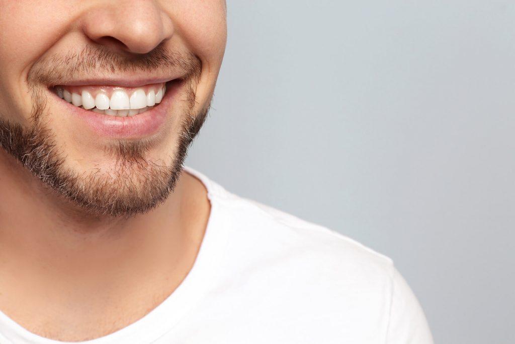 Estética dentária - homem com dentes perfeitos