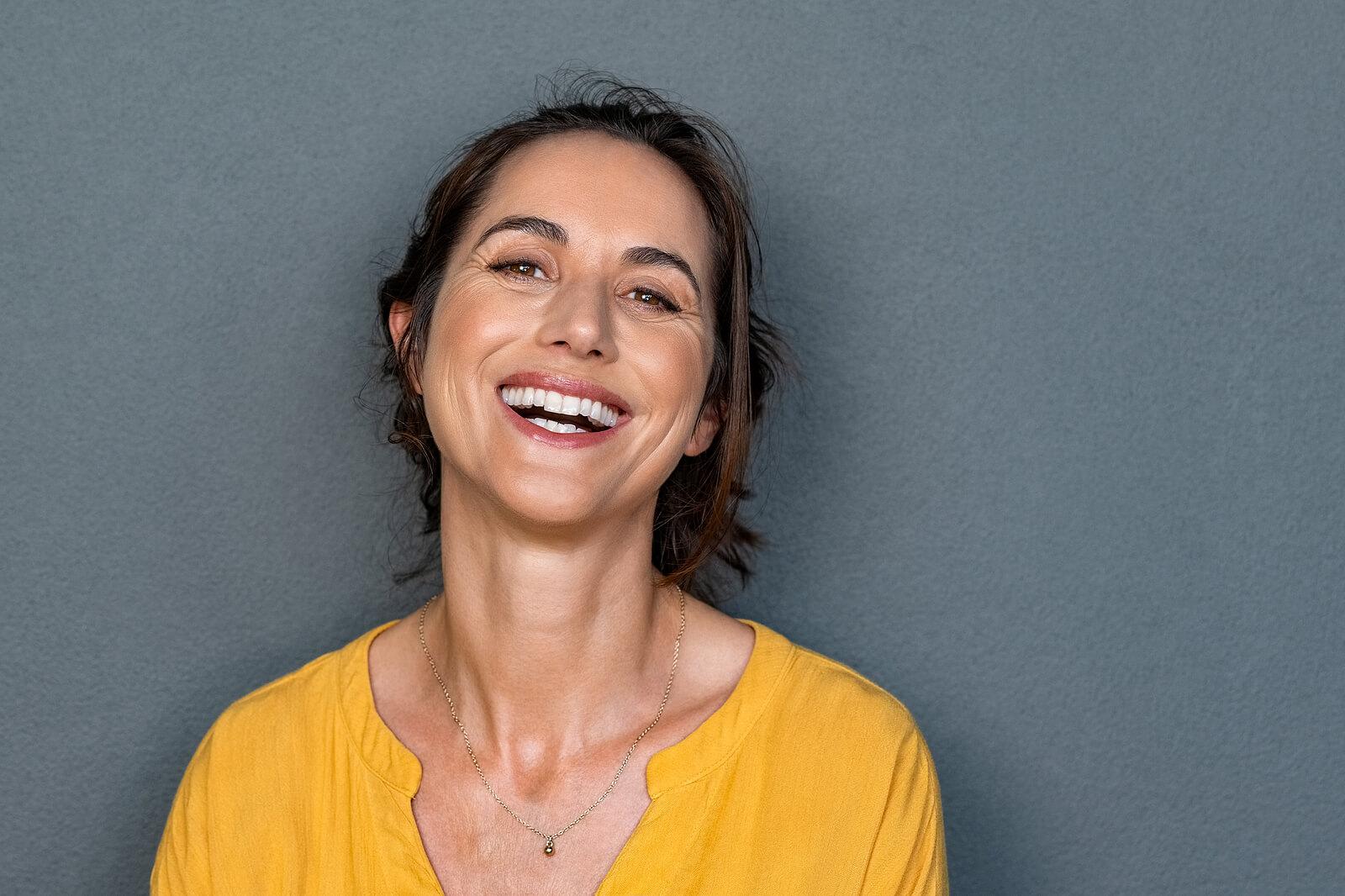 Estética dentária: mulher com dentes perfeitos